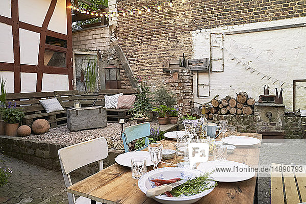 Hinterhof für ein Barbecue dekoriert