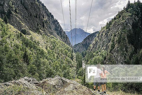Schweiz  Wallis  Rückblick Ehepaar bei einer Wanderung in den Bergen auf dem Massaweg