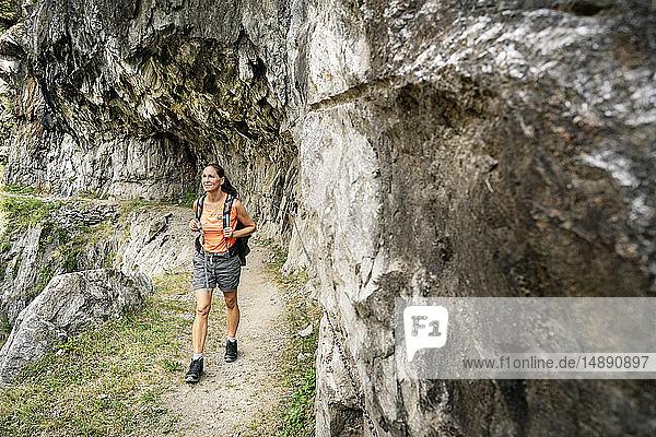 Schweiz  Wallis  Frau auf einer Wanderung in den Bergen auf dem Massaweg