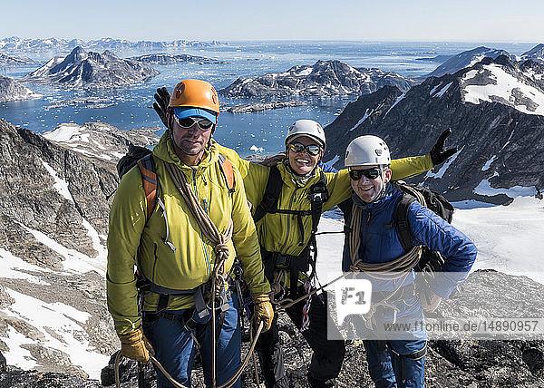 Grönland  Sermersooq  Kulusuk  Schweizer Alpen  Porträt glücklicher Bergsteiger auf dem Gipfel