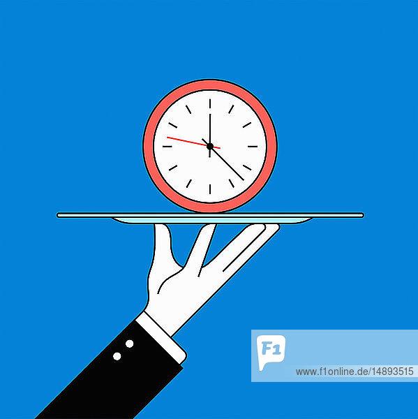 Butler serviert Uhr auf Tablett