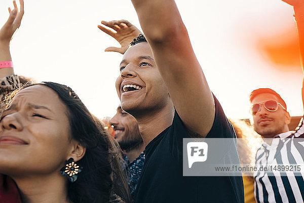 Glückliche junge Fans haben im Sommer Spaß an Musikkonzerten