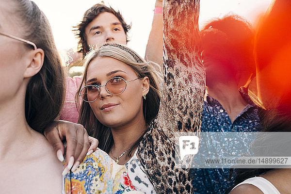 Junge Fans jubeln gemeinsam im Musikkonzert