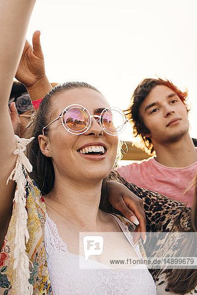 Mann und Frau jubeln beim Musikfestival