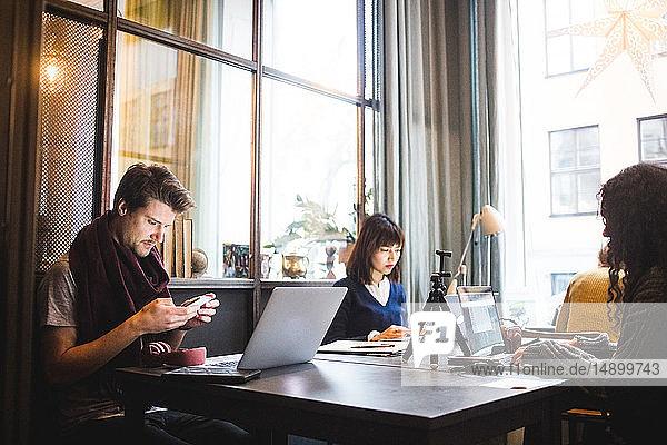 Kreative Mitarbeiter  die am Schreibtisch im Büro arbeiten