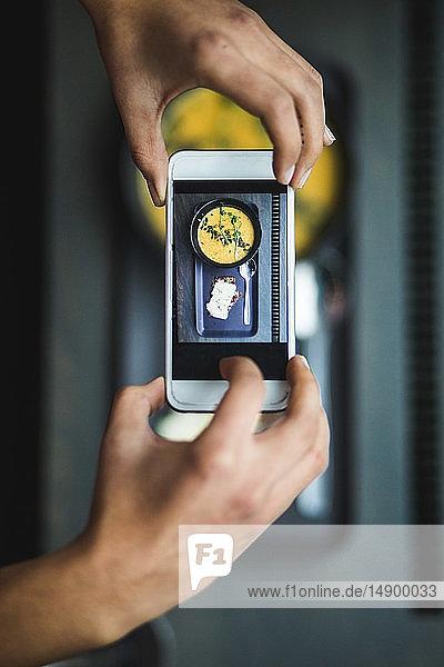 Direkt über der Ansicht einer Bloggerin  die im Kreativbüro Kürbissuppe und Knäckebrot per Smartphone fotografiert