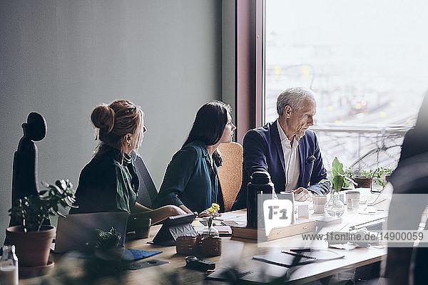 Geschäftskollegen planen Strategie während einer Sitzung im Sitzungssaal im Büro