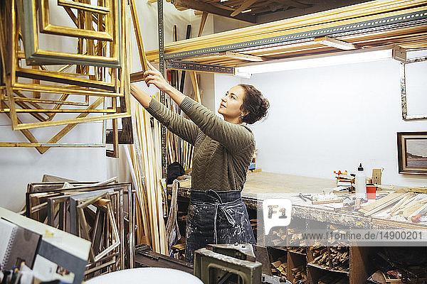 Selbstbewusste junge Künstlerin hält Rahmen beim Workshop