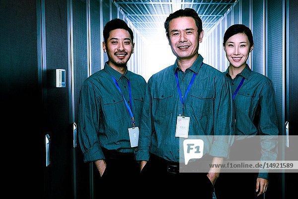 Technisches Personal bei der Inspektion des Wartungsraums