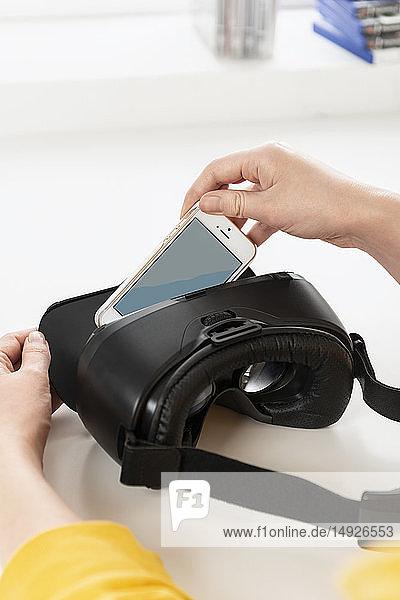Smartphone wird in VR-Brille gelegt