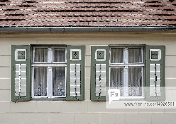 Zwei Fenster mit Fensterläden