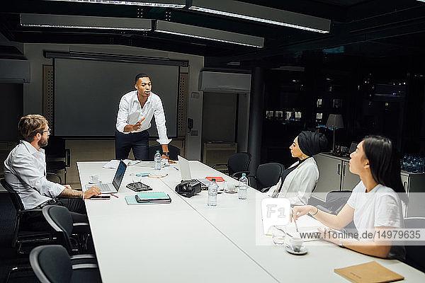 Geschäftsmänner und -frauen bei Konferenztischbesprechung