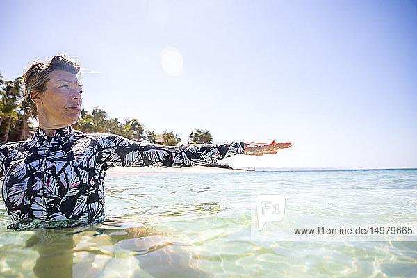 Frau streckt ihre Hand im Meer aus  Pagudpud  Ilocos Norte  Philippinen