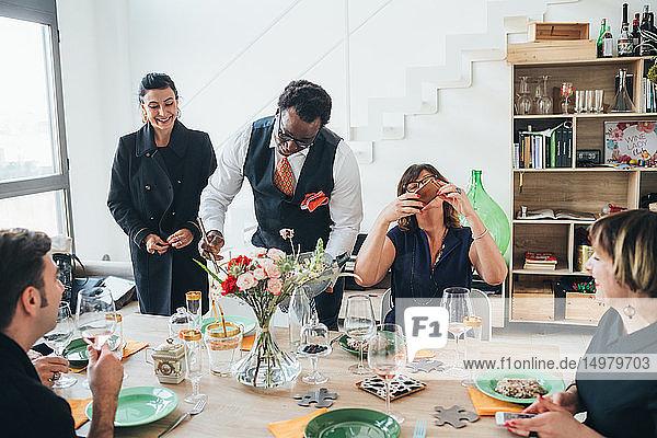 Geschäftsleute feiern bei einer Lunch-Party im Loft-Büro