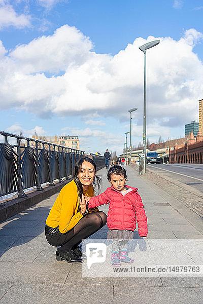 Mutter und Tochter auf Stadterkundung  Berlin  Deutschland