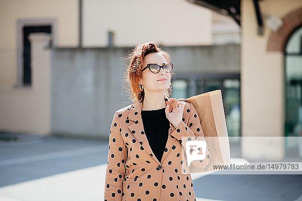 Sightseeing für weibliche Käuferinnen auf der Piazza  Arezzo  Toskana  Italien