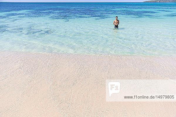 Mann im Meer stehend  Pagudpud  Ilocos Norte  Philippinen
