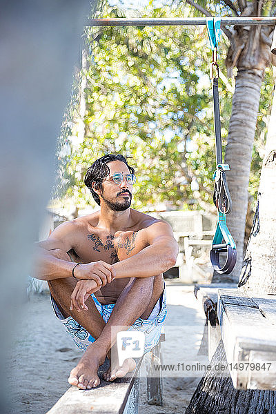Mann entspannt am Strand  Pagudpud  Ilocos Norte  Philippinen