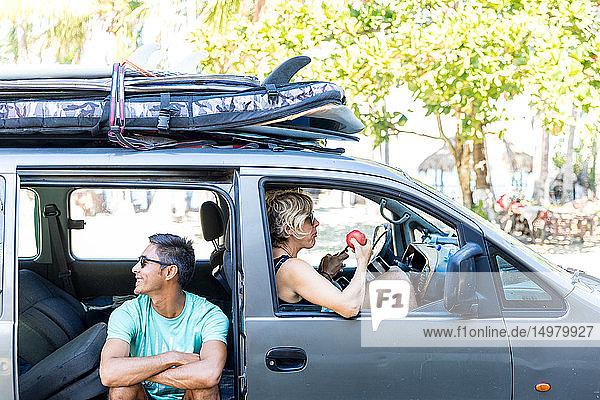 Freunde gehen auf Surfreise  Pagudpud  Ilocos Norte  Philippinen
