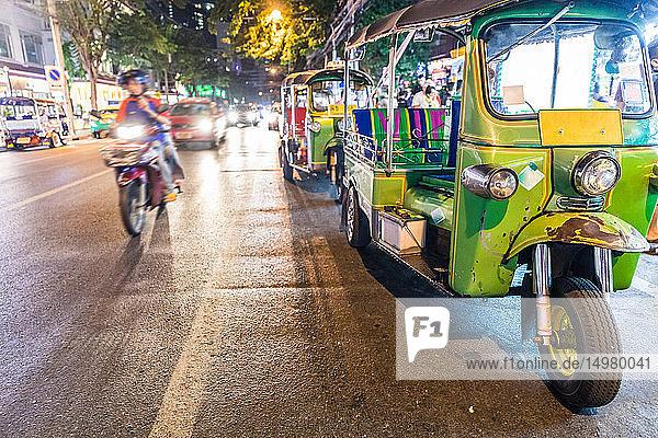 Tuk tuk nachts am Straßenrand geparkt  Bangkok  Thailand