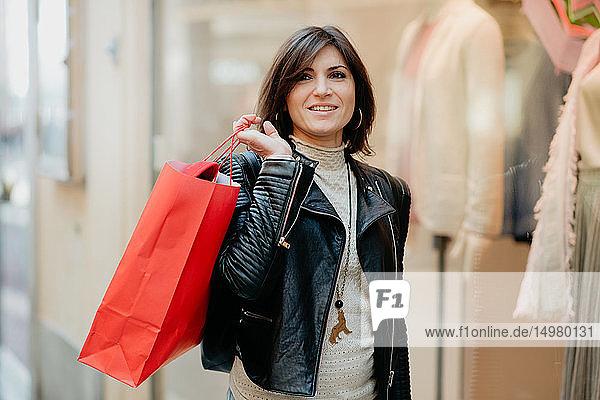 Stilvolle Käuferin vor Modeboutique