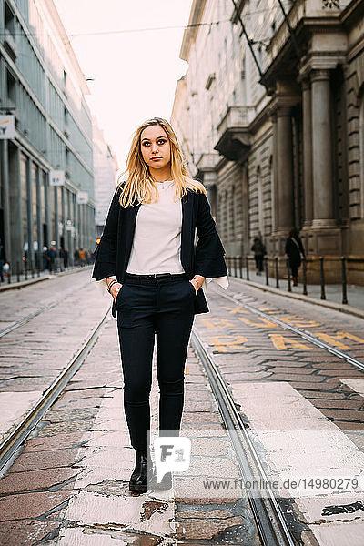 Junge Frau steht auf einer Pelikan-Kreuzung  Mailand  Italien