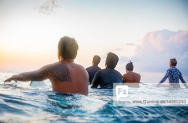 Surfer  die bei Sonnenuntergang im Meer gleiten  Pagudpud  Ilocos Norte  Philippinen