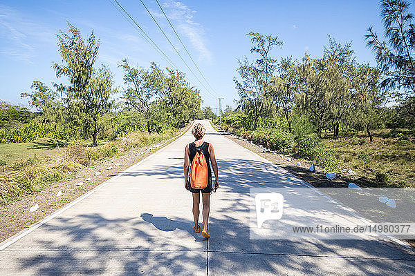 Frau geht mitten auf der Landstraße  Pagudpud  Ilocos Norte  Philippinen