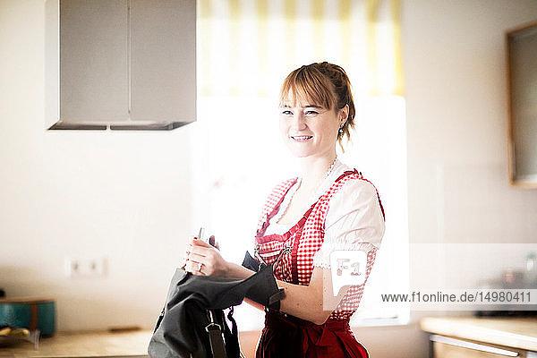 Frau mit Handtasche in der Küche
