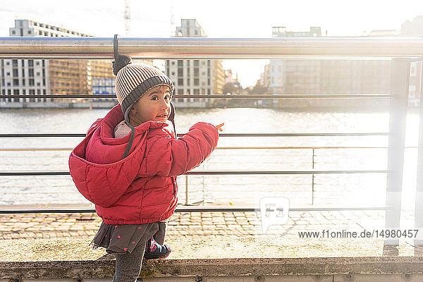 Kleines Mädchen am Fluss  Berlin  Deutschland