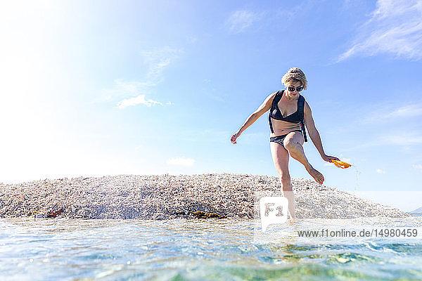 Frau erkundet Küste  Insel Ginto  Linapacan  Philippinen