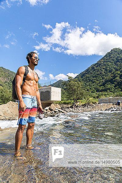 Mann im Strom stehend  Pagudpud  Ilocos Norte  Philippinen