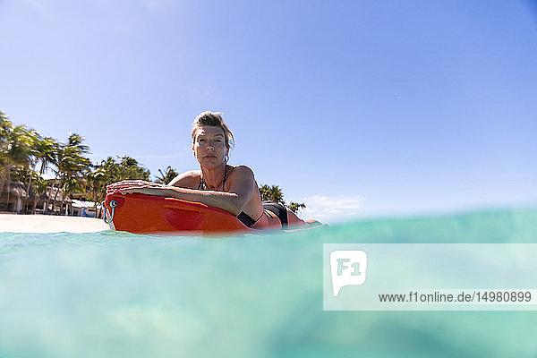 Im Meer gleitender Surfer  Pagudpud  Ilocos Norte  Philippinen