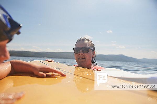 Paar Paddelbootfahren im See Paar Paddelbootfahren im See