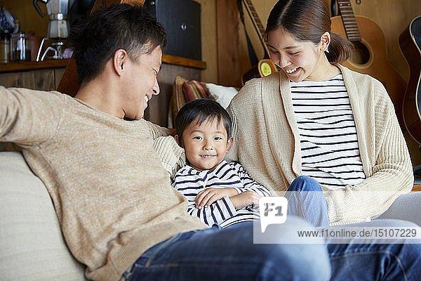 Japanische Familie zu Hause