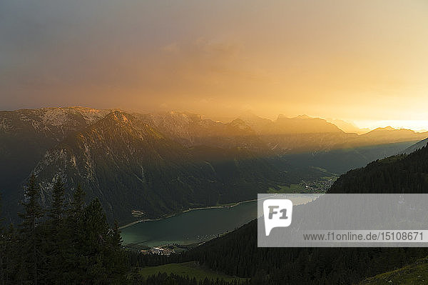 Österreich  Tirol  Maurach  Rofangebirge  Achensee bei Sonnenuntergang