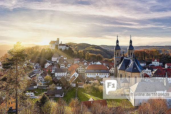 Deutschland  Bayern  Goessweinstein  Blick über Basilika und Burg