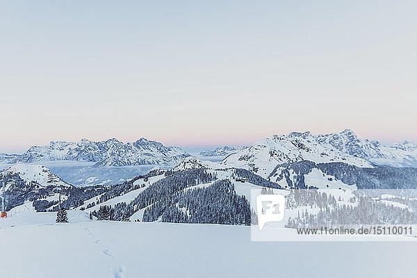 Blick über verschneite Berge in der Abenddämmerung  Saalbach Hinterglemm  Pinzgau  Österreich