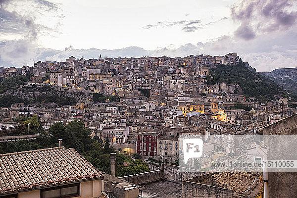 Blick von Ragusa Ibla auf Ragusa Superiore in der Dämmerung  Ragusa  Sizilien  Italien