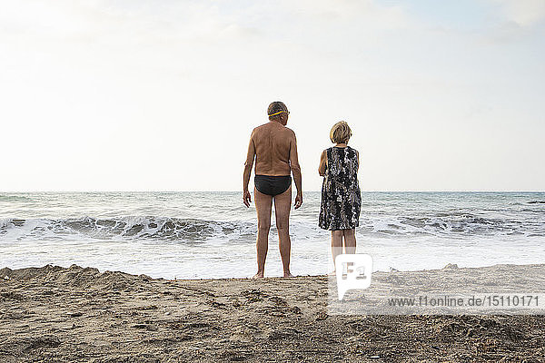 Italien  Sizilien  älteres Ehepaar am Strand mit Blick aufs Meer