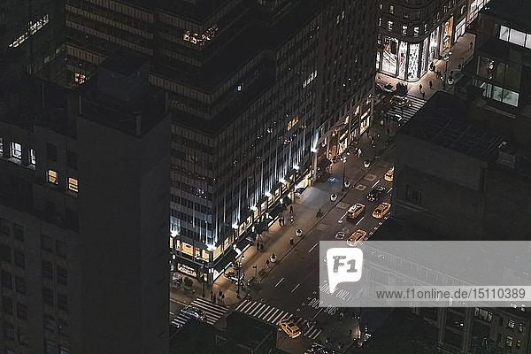 Wolkenkratzer und Straßenschlucht mit Taxis bei Nacht  Manhattan  New York City  USA