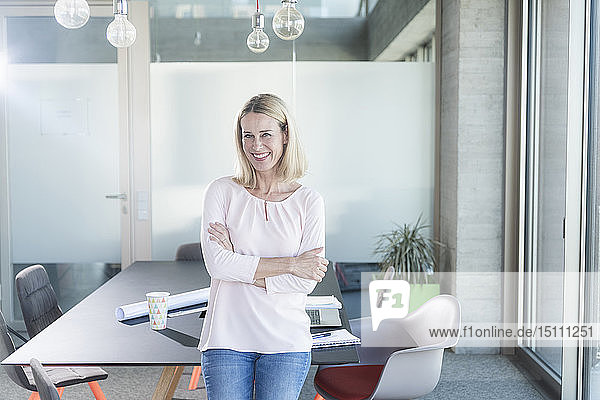 Porträt einer glücklichen Geschäftsfrau im Amt