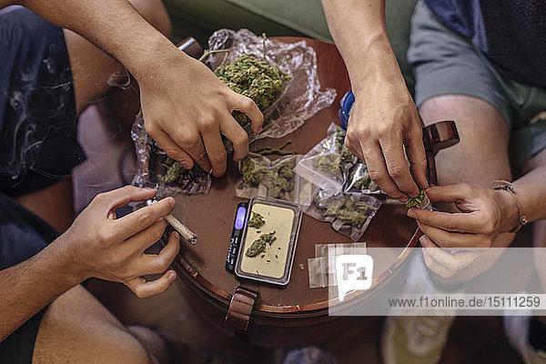 Nahaufnahme von zwei Männern  die Marihuana reinigen