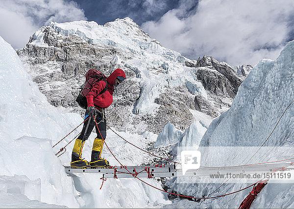 Nepal,  Solo Khumbu,  Everest,  Bergsteiger beim Klettern am Eisfall