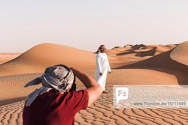 Älterer Mann fotografiert einen Beduinen,  Wahiba Sands Oman
