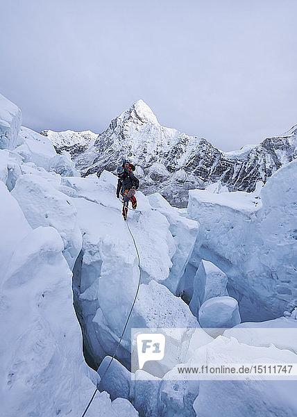 Nepal  Solo Khumbu  Bergsteiger am Everest-Eisfall  Pumori