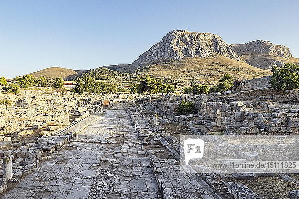 Archäologische Stätte mit der Lechaion-Straße und Blick auf Akrokorinth  Korinth  Griechenland