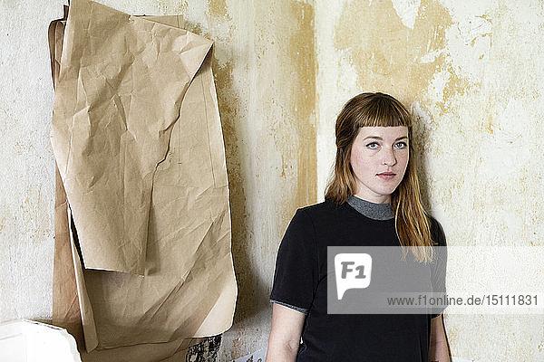 Studentin in ihrem Zimmer mit Nähmuster