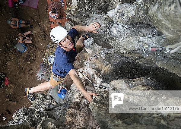 Thailand  Krabi  Railay Beach  Mann klettert in Felswand