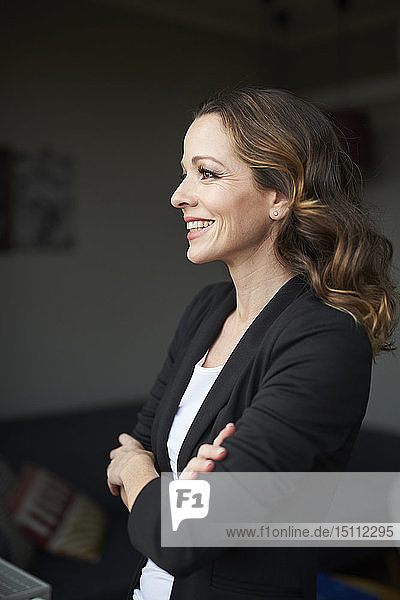 Porträt einer glücklichen brünetten Geschäftsfrau  die wegschaut
